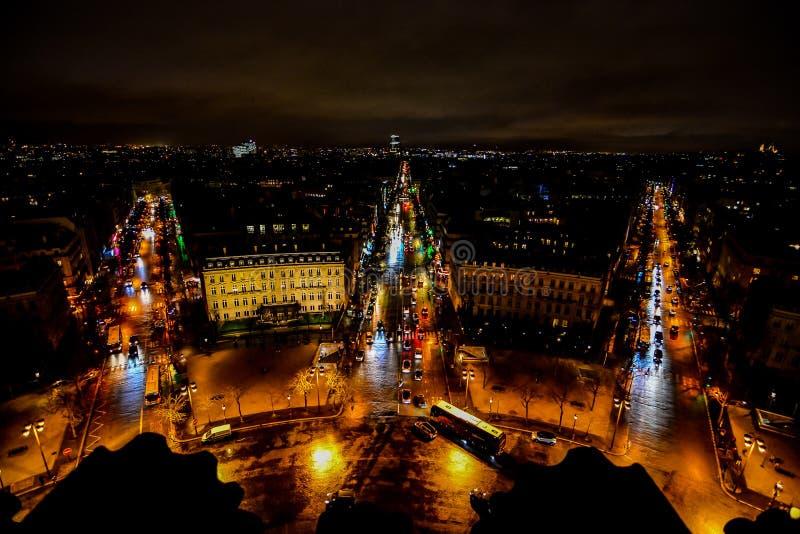 vista dall'Arco di Trionfo alla notte, immagine della foto una bella vista panoramica della città del Metropolitan di Parigi fotografie stock