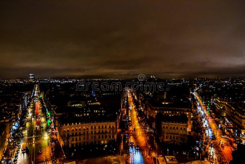 vista dall'Arco di Trionfo alla notte, immagine della foto una bella vista panoramica della città del Metropolitan di Parigi immagini stock libere da diritti