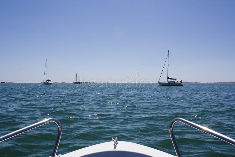 Vista dall'arco di un yacht di navigazione fotografia stock