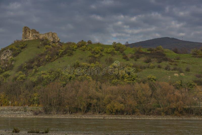 Vista dall'Austria per il castello di Devin in Slovacchia fotografia stock