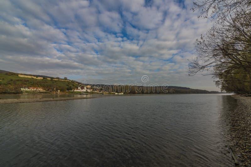Vista dall'Austria per il castello di Devin in Slovacchia fotografia stock libera da diritti