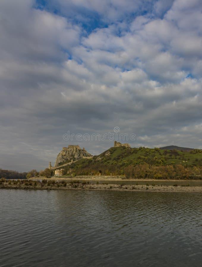 Vista dall'Austria per il castello di Devin in Slovacchia immagini stock