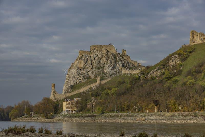 Vista dall'Austria per il castello di Devin in Slovacchia immagine stock