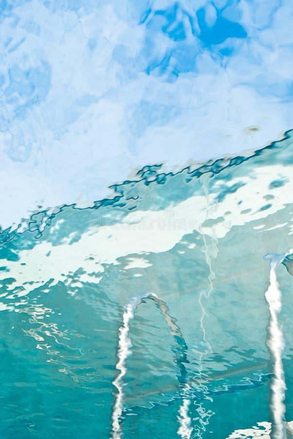 Vista dall'interno della piscina. fotografie stock