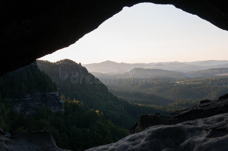 Vista dall'interno della roccia fotografia stock libera da diritti