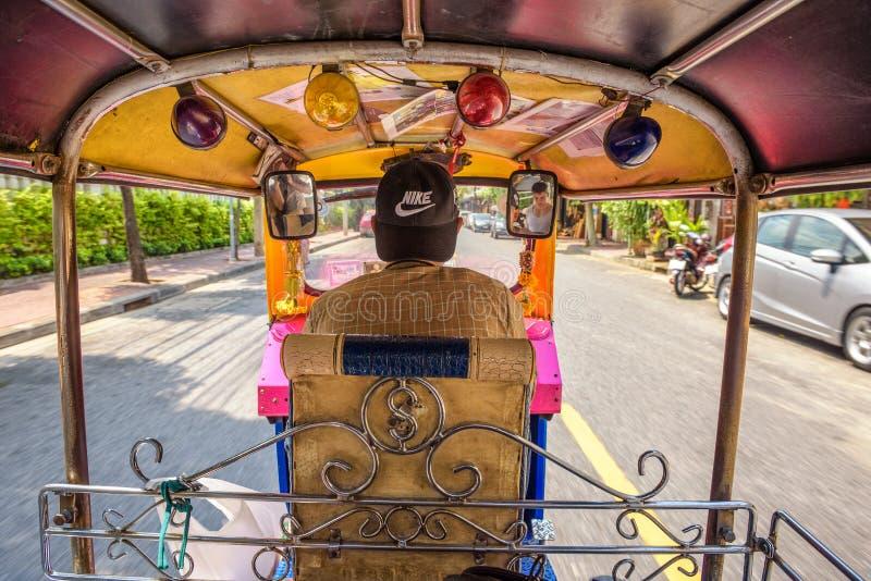 Vista dall'interno di un veicolo di Tuk Tuk a Bangkok fotografie stock