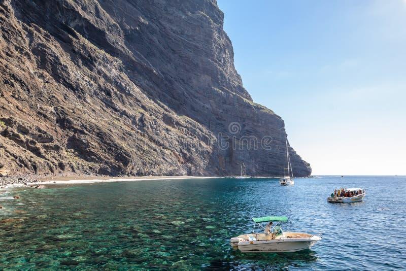 Vista dalla barca alla roccia di Los Gigantes all'isola di Tenerife - Spagna color giallo canarino fotografia stock