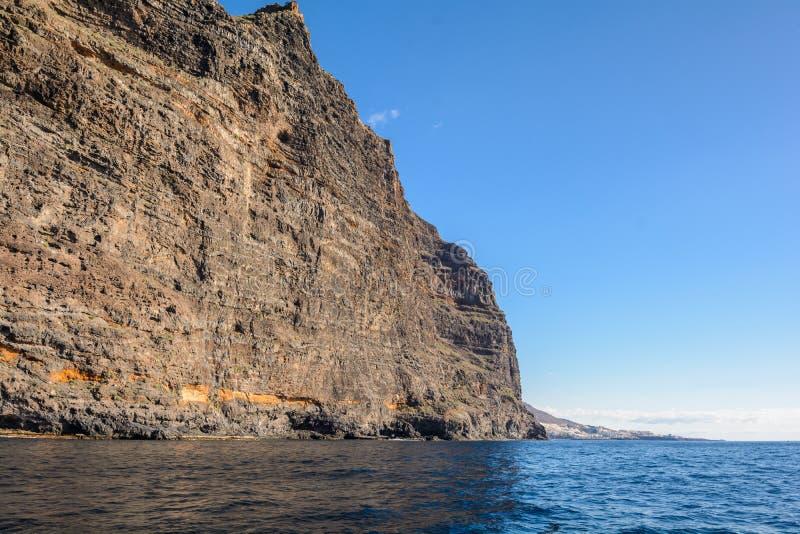 Vista dalla barca alla roccia di Los Gigantes all'isola di Tenerife - Spagna color giallo canarino immagini stock libere da diritti