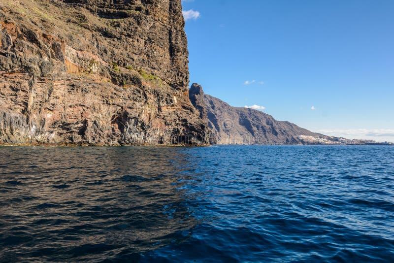 Vista dalla barca alla roccia di Los Gigantes all'isola di Tenerife - Spagna color giallo canarino immagine stock