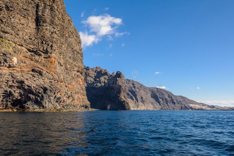 Vista dalla barca alla roccia di Los Gigantes all'isola di Tenerife - Spagna color giallo canarino fotografie stock