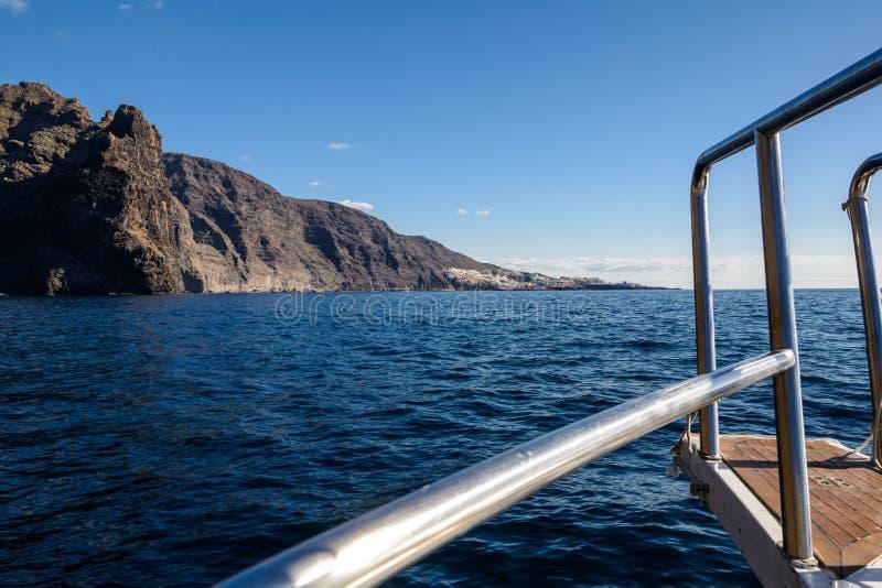 Vista dalla barca alla roccia di Los Gigantes all'isola di Tenerife - Spagna color giallo canarino illustrazione di stock