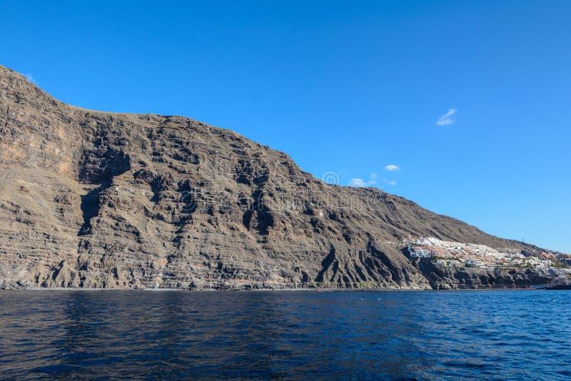 Vista dalla barca alla roccia di Los Gigantes all'isola di Tenerife - Spagna color giallo canarino immagini stock