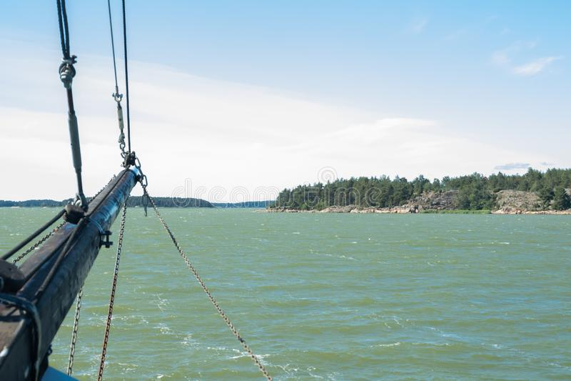 Vista dalla barca a vela del mare e dell'arcipelago al giorno di estate soleggiato in Naantali, Finlandia immagini stock libere da diritti