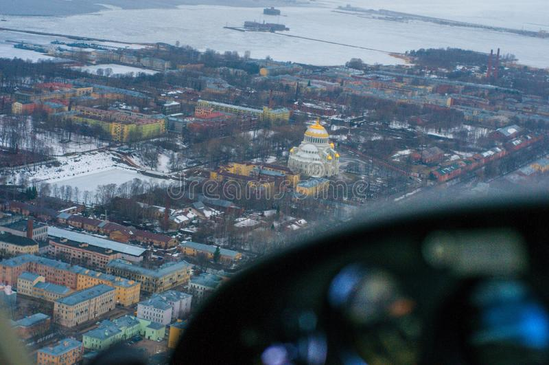Vista dalla cabina di pilotaggio della st navale Nicholas Cathedral di Kronštadt fotografie stock libere da diritti