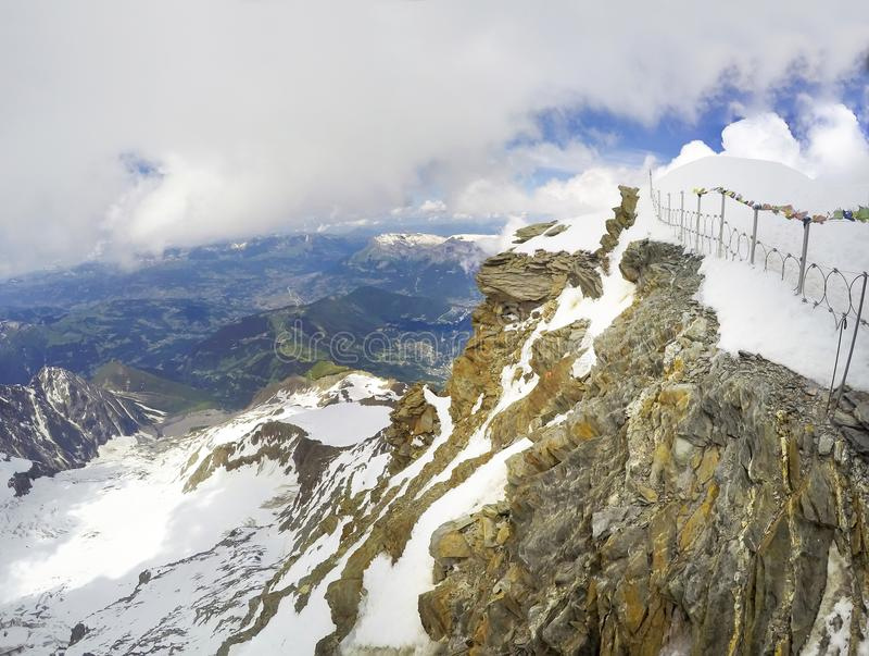 Vista dalla casa della montagna di Tete Rousse in itinerario rampicante di Mont Blanc fotografie stock