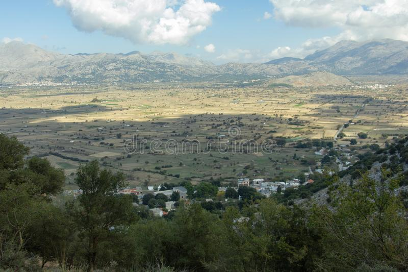 Vista dalla caverna della caverna di Psychro di Zeus sul plateau di Lasithi, Creta, Grecia immagine stock libera da diritti