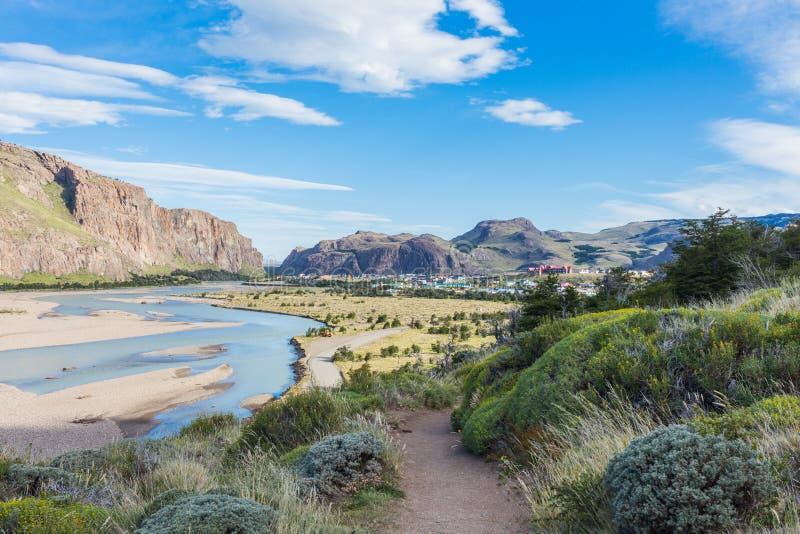Vista dalla cima del EL Chalten ed il fiume de las Vueltas, Argentina della città immagine stock