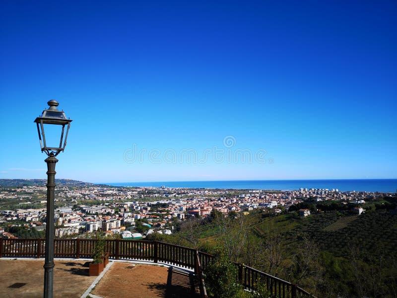Vista dalla cima della città di Montesilvano fotografia stock libera da diritti