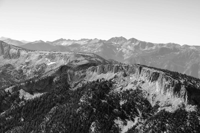 Vista dalla cima della montagna o del Olympus ai picchi contro lo sfondo delle nuvole e del cielo fotografie stock