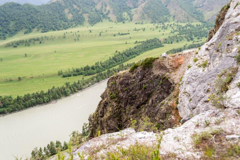 Vista dalla cima delle montagne di Altai al fiume ed alla collina fotografia stock