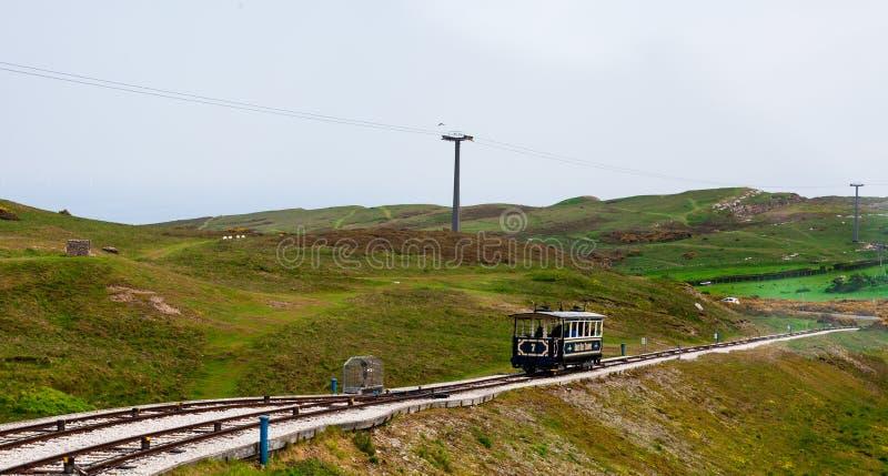 Vista dalla cima di grande montagna di Orme in LLandudno, Galles Un funicolare d'annata industriale su un pendio ripido che scend fotografie stock libere da diritti