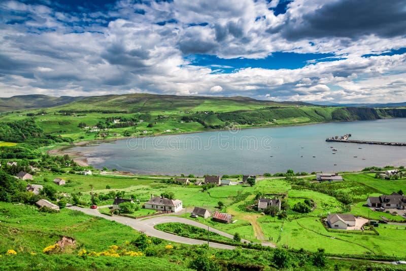 Vista dalla cima sulla città di Uig, Skye Island, Scozia fotografia stock