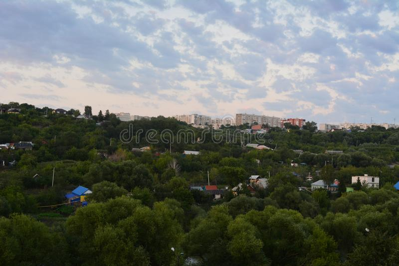 Vista dalla cima sulla cittadina con molti alberi Inverdimento urbano fotografia stock