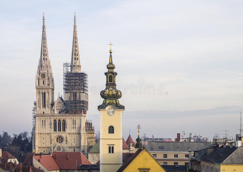 Vista dalla città superiore alla cattedrale di Zagabria ed alla chiesa di St Mary fotografia stock