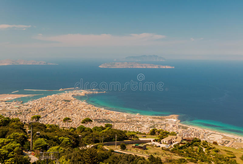 Vista dalla collina di Erice alla costa ed alla città di Trapani in Sicilia, Italia immagine stock