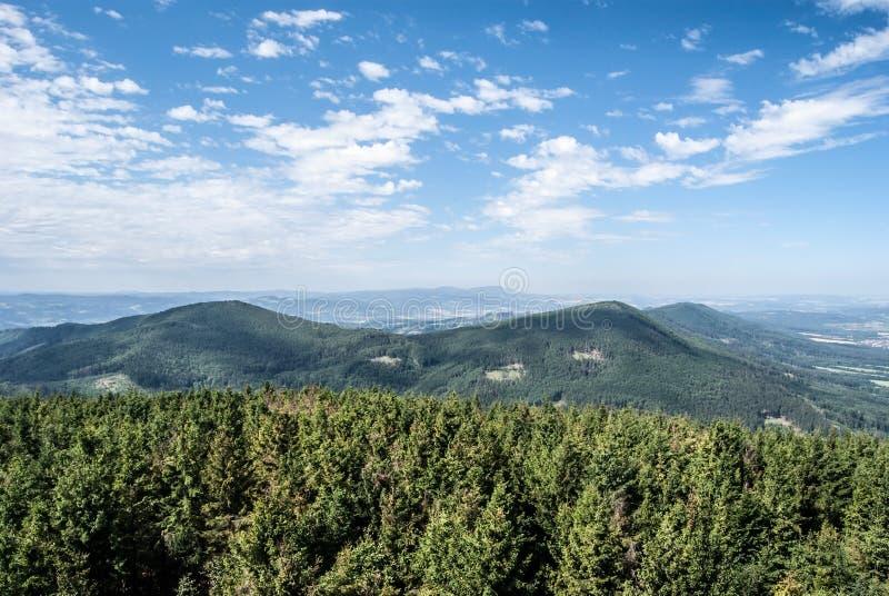 Vista dalla collina di Velky Javornik in montagne di Beskydy in repubblica Ceca fotografia stock libera da diritti