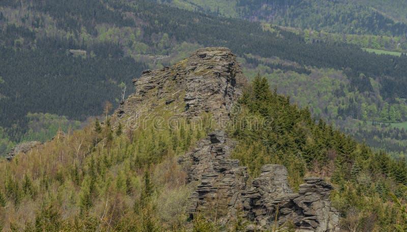 Vista dalla collina vicino alle rocce giganti in montagne di Jeseniky nel giorno di primavera fotografie stock libere da diritti