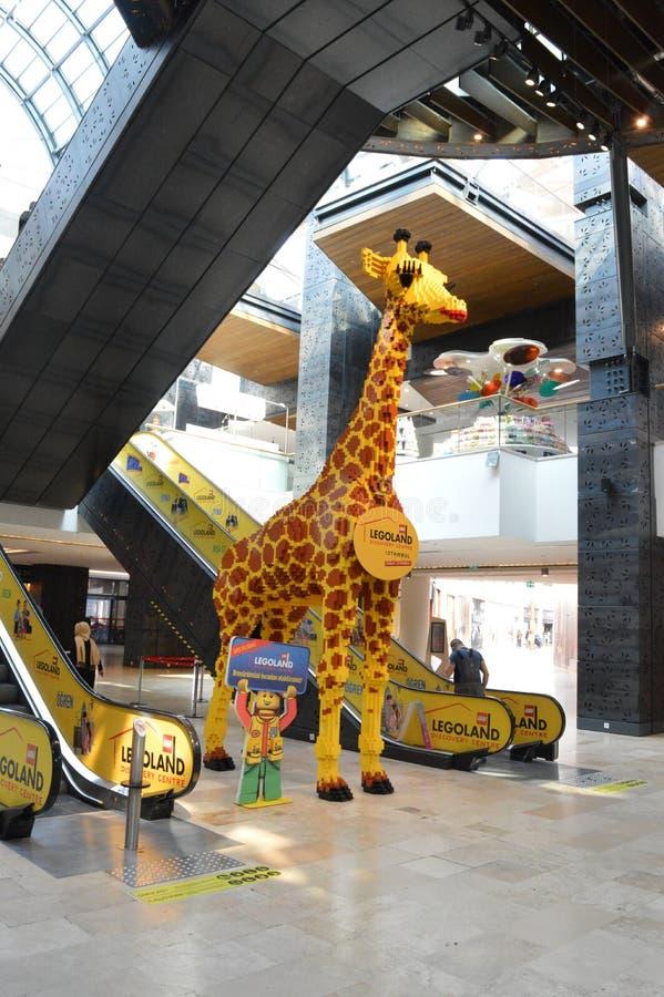 Vista dalla distanza alla giraffa fatta dei cubi di lego fotografia stock