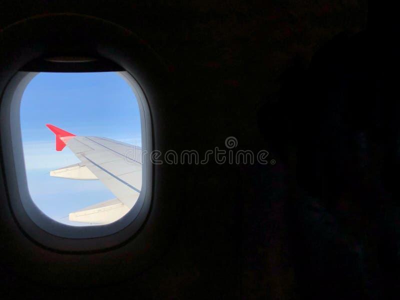 Vista dalla finestra Aeroplano rosso dell'ala fotografie stock libere da diritti