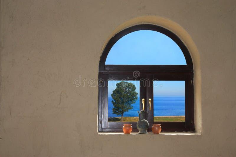 Vista dalla finestra nel lago fotografie stock