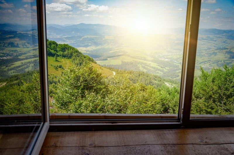 Vista dalla finestra sul paesaggio della montagna fotografia stock