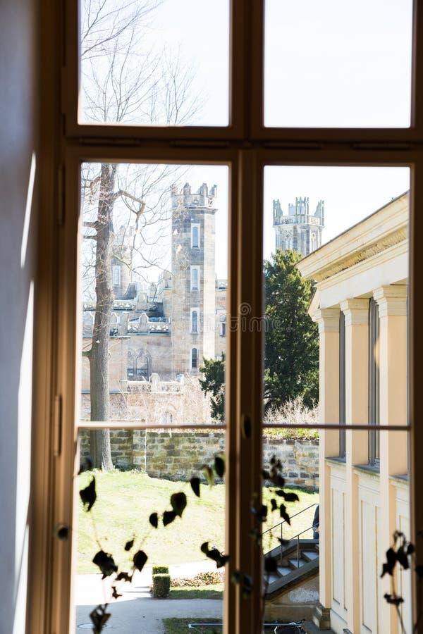 Vista dalla finestra sul vecchio castello fotografie stock libere da diritti