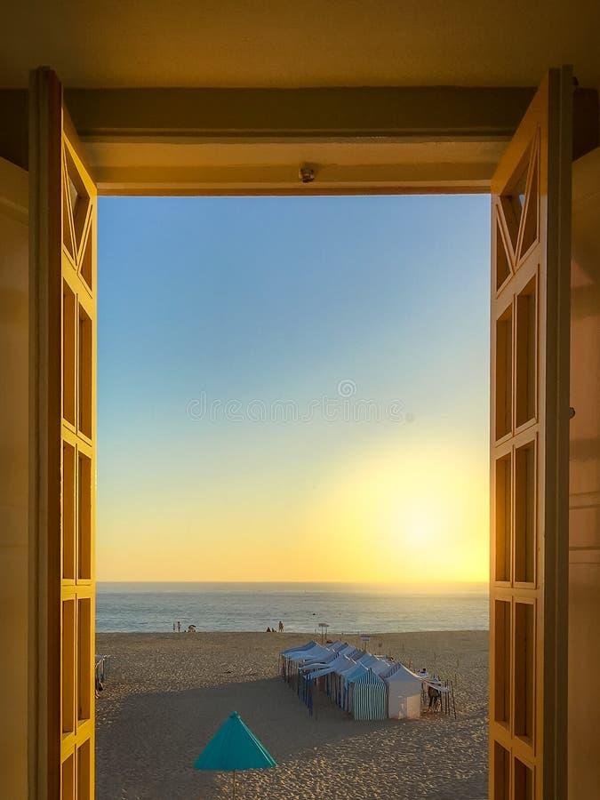 Vista dalla finestra sulla spiaggia di Nazare fotografie stock