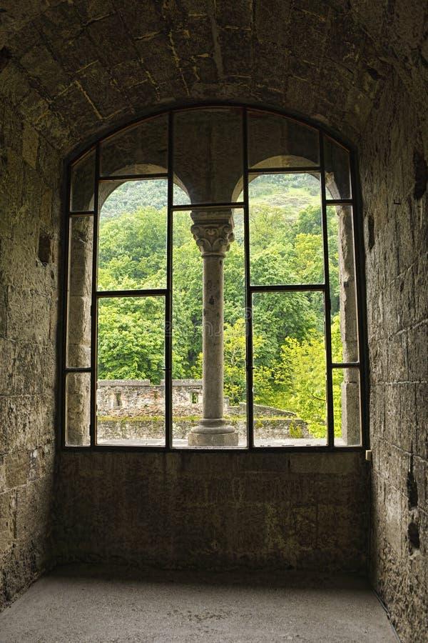 Vista dalla finestra in un castello medievale immagine - Spiate dalla finestra ...