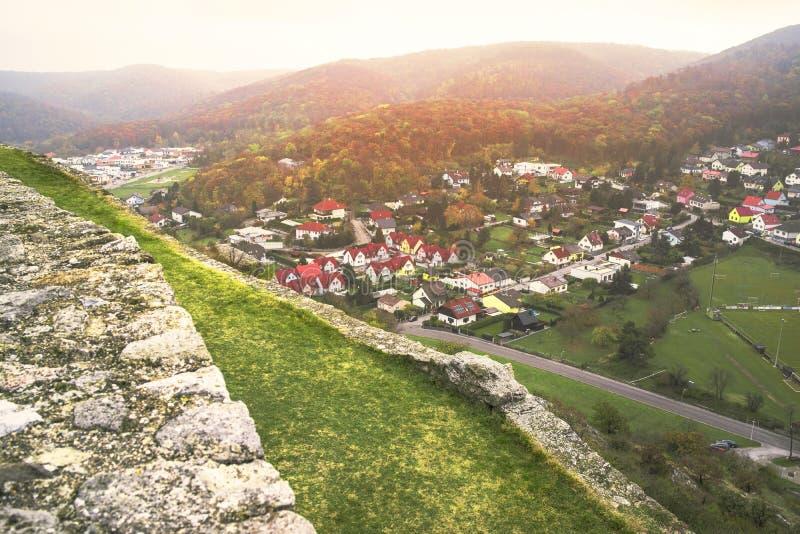 Vista dalla fortezza sulla città, vista da sopra della città di Hainburg fotografie stock libere da diritti