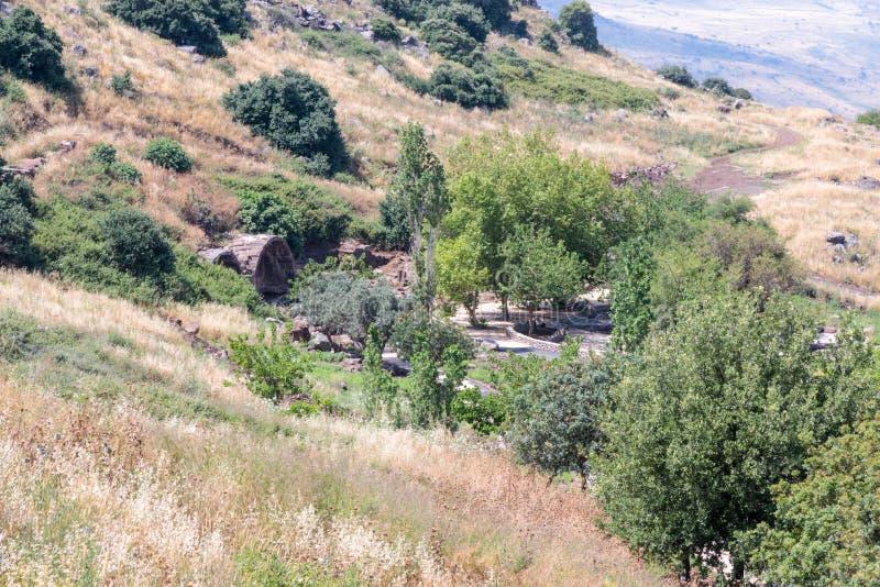 Vista dalla montagna alle rovine dello stabilimento ebreo antico Umm el Kanatir - generi gli arché su Golan Heights fotografia stock libera da diritti