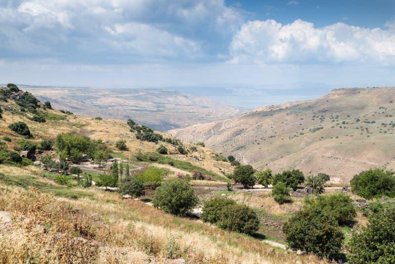Vista dalla montagna alle rovine dello stabilimento ebreo antico Umm el Kanatir - generi gli arché su Golan Heights fotografie stock libere da diritti