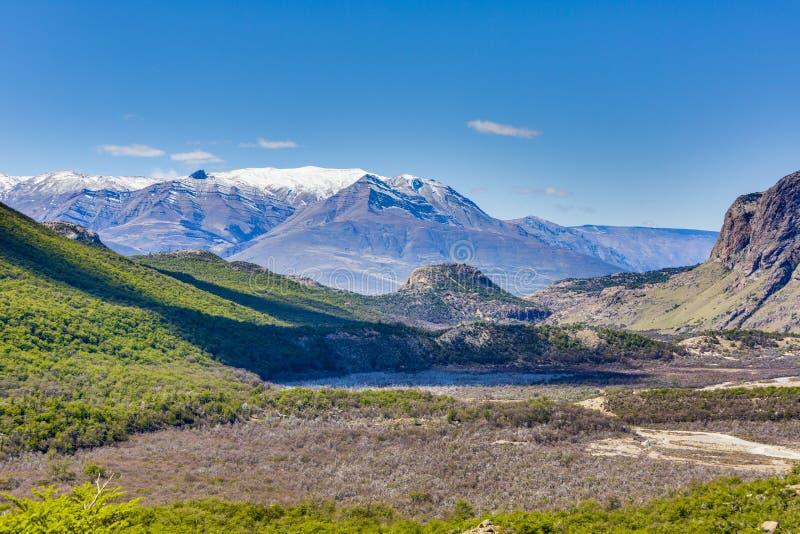 Vista dalla moraine del ghiacciaio di Cerro Torre verso il EL Chalten fotografie stock
