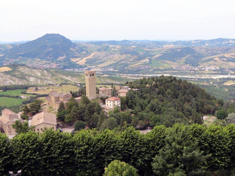 Vista dalla parete della fortezza alla cittadina di San Leo, Italia, Europa immagine stock
