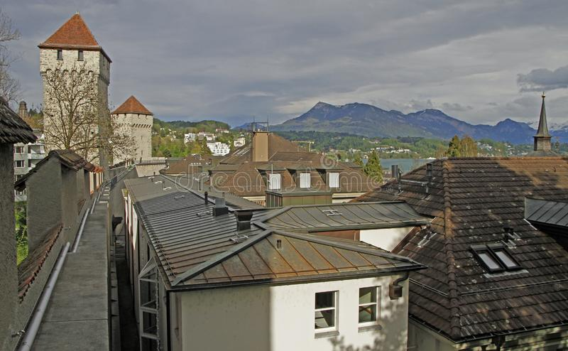 Vista dalla parete di Musegg in città Lucerna immagini stock libere da diritti