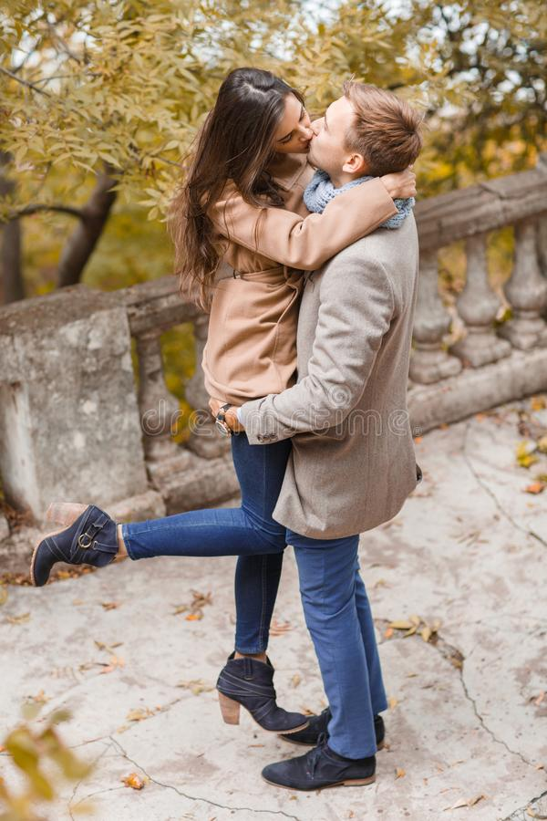 Vista dalla parte superiore Baci amorosi di una coppia all'esterno fotografia stock