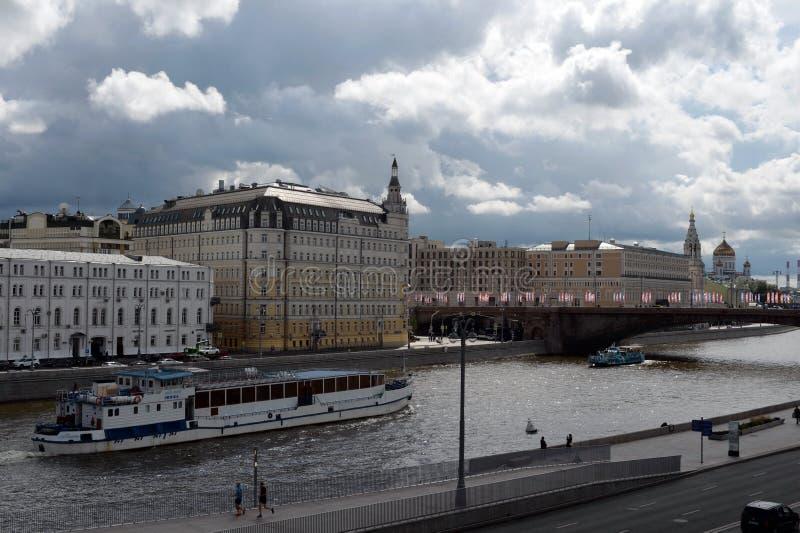 Vista dalla piattaforma di osservazione del ` di Zaryadye del ` del parco sull'argine di Raushskaya a Mosca fotografia stock