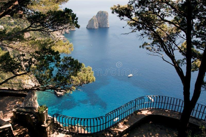 Vista dalla scogliera sull'isola di Capri, Italia fotografie stock libere da diritti