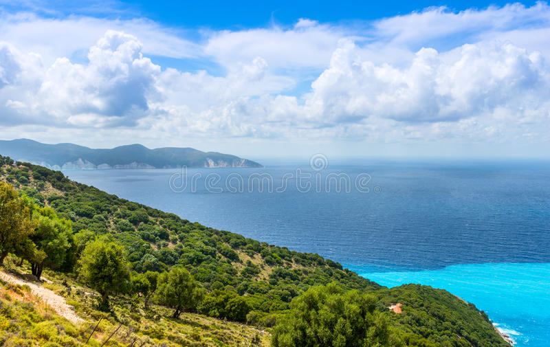 Download Vista Dalla Spiaggia Di Myrtos Immagine Stock - Immagine di scenico, destinazione: 56891807