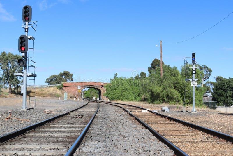 Vista dalla stazione ferroviaria di Bendigo verso un overbridge della strada che sostiene la strada della via del cardo selvatico fotografia stock