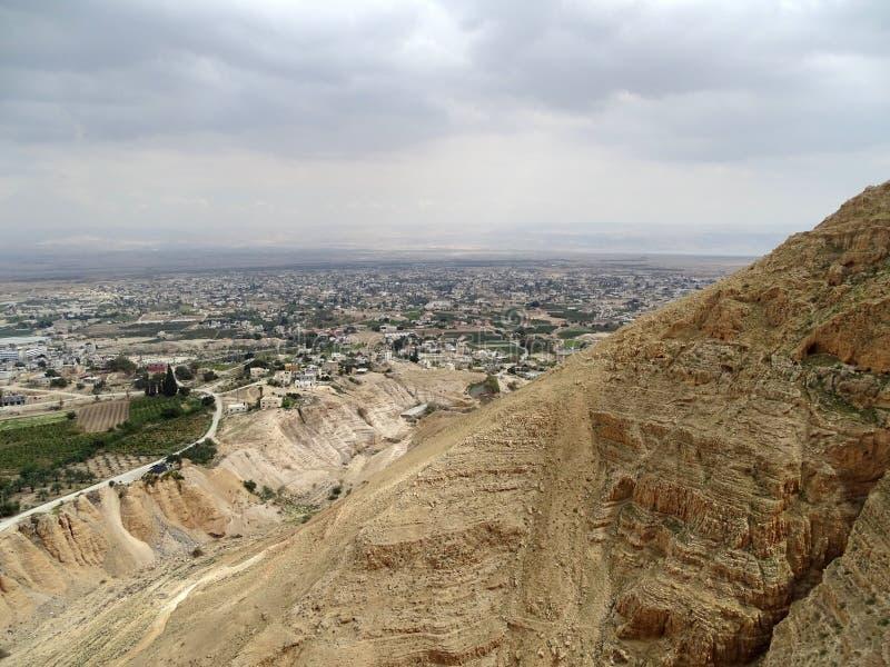Vista dalla tentazione del supporto sopra Gerico sulle montagne della Giordania e del mar Morto fotografia stock libera da diritti